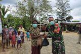 Satgas TNI bagikan sembako masker untuk warga perbatasan RI-PNG