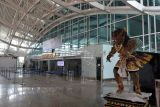 Suasana lengang di area Terminal Internasional Bandara Internasional I Gusti Ngurah Rai, Badung, Bali, Selasa (5/10/2021). Menteri Koordinator (Menko) Bidang Kemaritiman dan Investasi Luhut Binsar Pandjaitan mengatakan Bandara Ngurah Rai akan dibuka untuk penerbangan internasional pada 14 Oktober 2021 mendatang. ANTARA FOTO/Fikri Yusuf/nym.