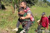 Prajurit TNI gendong warga alami lumpuh untuk jemput BLT