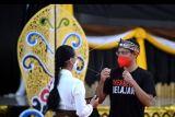 Menteri Pendidikan, Kebudayaan, Riset dan Teknologi (Mendikbud Ristek) Nadiem Makarim (kanan) berbincang dengan pelajar saat mengunjungi Politeknik Negeri Bali di Badung, Bali, Kamis (7/10/2021). Kunjungan kerja Mendikbud Ristek ke Bali untuk berdiskusi terkait potensi pendidikan vokasi dengan perwakilan universitas, politeknik, SMK dan dunia industri di Politeknik Negeri Bali, serta memantau pelaksanaan Asesmen Nasional Berbasis Komputer (ANBK) dan Pembelajaran Tatap Muka (PTM) terbatas di SMPN 1 Kuta Selatan. ANTARA FOTO/Fikri Yusuf/nym.