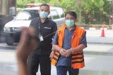 Tersangka mantan anggota DPRD Provinsi Jambi Wiwid Iswhara (kanan) memasuki Gedung Merah Putih KPK untuk menjalani pemeriksaan di Jakarta, Rabu (6/10/2021).Wiwid Iswhara menjalani pemeriksaan lanjutan sebagai tersangka dalam kasus dugaan suap terkait pengesahan RAPBD Provinsi Jambi Tahun 2017 . ANTARA FOTO/ Reno Esnir/hp.
