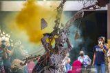 Peserta mengikuti Fashion Carnaval Sasirangan di Plaza Mercure, Banjarmasin, Kalimantan Selatan, Sabtu (9/10/2021). Fashion Carnaval Sasirangan menampilkan busana sasirangan kreasi tersebut merupakan rangkaian kegiatan Banjarmasin Sasirangan Festival 2021 yang bertujuan untuk memperkenalkan kain sasirangan di tingkat Nasional hingga Internasional itu tetap digelar di masa pandemi COVID-19 dengan menerapkan protokol kesehatan. Foto Antaranews Kalsel/Bayu Pratama S.