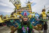 Peserta berpose saat mengikuti Fashion Carnaval Sasirangan di Plaza Mercure, Banjarmasin, Kalimantan Selatan, Sabtu (9/10/2021). Fashion Carnaval Sasirangan menampilkan busana sasirangan kreasi tersebut merupakan rangkaian kegiatan Banjarmasin Sasirangan Festival 2021 yang bertujuan untuk memperkenalkan kain sasirangan di tingkat Nasional hingga Internasional itu tetap digelar di masa pandemi COVID-19 dengan menerapkan protokol kesehatan. Foto Antaranews Kalsel/Bayu Pratama S.