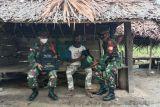 Personel TNI bagikan sembako ke warga Skanto Keerom