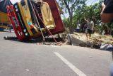 Sebuah truk terguling timpa pengendara sepeda motor hingga tewas