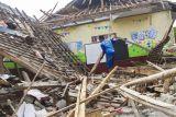 Warga membantu perbaikan ruang kelas yang ambruk di SDN Bayur Kidul I, Cilamaya Kulon, Karawang, Jawa Barat, Senin (11/10/2021). Ambruknya atap bangunan sekolah tersebut terjadi pada Sabtu (9/10/2021) akibat kondisi bangunan yang sudah lapuk dan tidak terawat, sementara siswa diliburkan dan kembali belajar secara daring. ANTARA FOTO/M Ibnu Chazar/agr