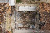 Foto udara kondisi ruang kelas yang ambruk di SDN Bayur Kidul I, Cilamaya Kulon, Karawang, Jawa Barat, Senin (11/10/2021). Ambruknya atap bangunan sekolah tersebut terjadi pada Sabtu (9/10/2021) akibat kondisi bangunan yang sudah lapuk dan tidak terawat, sementara siswa diliburkan dan kembali belajar secara daring. ANTARA FOTO/M Ibnu Chazar/agr