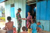 Satgas TNI Yonif 403 bagikan sembako ke rumah warga perbatasan RI-PNG