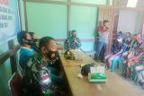 Satgas Yonif 144/JY membantu bagikan BLT desa di batas RI-Malaysia