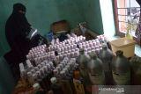 UKM MINYAK RAMBUT TRADISIONAL BERTAHAN DI TENGAH PANDEMI. Perajin memasuki cairan ke dalam botol saat proses produksi menjadi produk minyak rambut tradisional di desa Lam Hasan, kecamatan Peukan Bada, Kabupaten Aceh Besar, Aceh, Senin (11/10/2021). Pelaku usaha di daerah itu menyatakan,  UKM minyak rambut yang sudah berproduksi sejak puluhan tahun menggunakan bahan baku alami itu hingga saat ini masih bertahan di tengah pandemi COVID-19 , meski produksinya menurun hingga 50 pesen akibat sepinya  permintaan. ANTARA FOTO/Ampelsa.