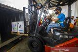 Petugas menggunakan forklift memindahkan paket berisi vaksin Pfizer kedalam truk di Terminal Kargo Bandara Internasional Syamsudin Noor, Banjarbaru, Kalimantan Selatan, Senin (11/10/2021). Dinas Kesehatan Provinsi Kalimantan Selatan menerima bantuan 97.110 dosis vaksin Pfizer dari Kementerian Kesehatan (Kemenkes) RI dalam rangka penyedian dan percepatan vaksinasi COVID-19 di Kalimantan Selatan. Foto Antaranews Kalsel/Bayu Pratama S.