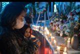 Warga berdoa saat peringatan 19 tahun tragedi bom Bali di Monumen Bom Bali, Badung, Bali, Selasa (12/10/2021). Peringatan tragedi terorisme yang menewaskan 202 orang tersebut dilakukan dengan doa bersama, tabur bunga dan penyalaan lilin oleh warga, keluarga serta kerabat korban. ANTARA FOTO/Fikri Yusuf/nym.