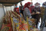 Bupati Indramayu Nina Agustina (dua kanan) melihat produk makanan olahan ikan di Rumah Produksi dan Galeri UMKM desa Karangsong, Indramayu, Jawa Barat, Selasa (12/10/2021). Rumah Produksi dan Galeri UMKM tersebut dibangun melalui Program Padat Karya Tunai Kota Tanpa Kumuh (KOTAKU) Kementerian PUPR menampung berbagai macam makanan olahan ikan yang diproduksi masyarakat yang tinggal di kawasan pesisir. ANTARA FOTO/Dedhez Anggara/agr