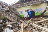 Warga membantu perbaikan ruang kelas yang ambruk di SDN Bayur Kidul I, Cilamaya Kulon, Karawang, Jawa Barat, Senin (11/10/2021). Ambruknya atap bangunan sekolah tersebut terjadi pada Sabtu (9/10/2021) akibat kondisi bangunan yang sudah lapuk dan tidak terawat, sementara siswa diliburkan dan kembali belajar secara daring. ANTARA FOTO/M Ibnu Chazar/foc.
