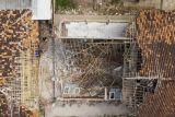 Foto udara kondisi ruang kelas yang ambruk di SDN Bayur Kidul I, Cilamaya Kulon, Karawang, Jawa Barat, Senin (11/10/2021). Ambruknya atap bangunan sekolah tersebut terjadi pada Sabtu (9/10/2021) akibat kondisi bangunan yang sudah lapuk dan tidak terawat, sementara siswa diliburkan dan kembali belajar secara daring. ANTARA FOTO/M Ibnu Chazar/foc.