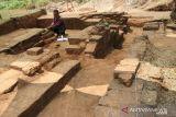 Arkeolog Balai Pelestarian Cagar Budaya (BPCB) Provinsi Jawa Timur, Muhammad Ichwan saat ekskavasi situs Watu Kucur di tengah perkebunan tebu Dusun Penanggalan, Desa Dukuhdimoro, Kecamatan Mojoagung, Kabupaten Jombang, Jawa Timur, Senin (11/10/2021). Situs Watu Kucur yang didata sejak 10 tahun lalu dan mulai dieskavasi sejak tanggal 7-16 Oktober ini merupakan bangunan tempat pemujaan Dewa Siwa dan Dewi Parwati pada zaman Majapahit. BPCB Jatim menargetkan menampakkan bentuk aslinya. Antara Jatim/Syaiful Arif/zk.