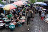Petugas gabungan mengawasi pedagang dan pengunjung pasar supaya tertib menggunakan masker dengan benar saat inspeksi mendadak (Sidak) pendisiplinan protokol kesehatan COVID-19 di Pasar Kumbasari, Denpasar, Bali, Selasa (12/10/2021). Kasus COVID-19 di Bali mengalami penurunan sehingga semua kabupaten telah dinyatakan zona kuning atau berisiko rendah, namun inspeksi protokol kesehatan masih terus gencar dilakukan untuk mencegah terjadinya lonjakan kasus lagi. ANTARA FOTO/Nyoman Hendra Wibowo/nym.
