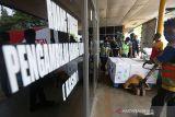 Vaksin Pfizer Tiba di Aceh. Petugas membawa paket berisi vaksin Pfizer yang barru tiba dengan pesawat kargo My Indo Airlines di Bandara Internasional Sultan Iskandar Muda, Aceh Besar, Aceh, Selasa (12/10/2021). Kementerian Kesehatan mengirim delapan boks vaksin yang terdiri dari 46.800 dosis Pfizer ke Provinsi Aceh untuk mendukung program pemerintah mempercepat vaksinasi COVID-19 untuk masyarakat. ANTARA/Irwansyah Putra