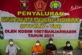 Sejumlah warga antre untuk menerima bantuan tunai PKL dan Warung (BTPKLW) di Makodim 1007 Banjarmasin, Kalimantan Selatan, Rabu (13/10/2021). Mabes TNI melalui Kodim 1007 Banjarmasin menyalurkan BPTPKLW yang merupakan program pemerintah kepada 3.200 pedagang kaki lima dan pemilik warung sebesar Rp1,2 juta untuk setiap penerima guna membantu mereka bertahan dan memulihkan usaha akibat terdampak pandemi COVID-19. Foto Antaranews Kalsel/Bayu Pratama S.