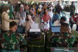 VAKSINASI DAN BANSOS AKABRI 89 DI ACEH. Warga antri untuk divakasin saat berlangsung vakasinasi dan penyaluran bantuan  sosial pada kegiatan  Pengabdian 33 tahun TNI-Polri AKABRI 89 di Lapangan Blang Padang, Banda Aceh, Aceh, Rabu (13/10/2021). Kegitan pengabdian 33 tahun TNI-Polri AKABRI 89 dalam rangka HUT ke 76 TNI yang berlangsung serentak di sejumlah provinsi, termasuk di Aceh  tersebut menggelar kegiatan vaksinasi dalam rangka percepatan penangganan COVID-19 dan penyaluran bantuan sosial untuk warga kurang mampu. ANTARA FOTO/Ampelsa.