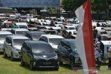VAKSINASI DAN BANSOS AKABRI 89 DI ACEH. Sejumlah pengemudi becak dan ojek online antri menunggu paket bantuan sosial saat berlangsung kegiatan Pengabdian 33 tahun TNI-Polri AKABRI 89 di Lapangan Blang Padang, Banda Aceh, Aceh, Rabu (13/10/2021). Kegitan pengabdian 33 tahun TNI-Polri AKABRI 89 dalam rangka HUT ke 76 TNI yang berlangsung serentak di sejumlah provinsi, termasuk di Aceh  tersebut menggelar kegiatan vaksinasi dalam rangka percepatan penangganan COVID-19 dan penyaluran bantuan sosial untuk warga kurang mampu. ANTARA FOTO/Ampelsa.