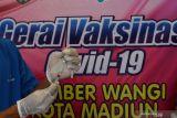 Petugas kesehatan menyiapkan vaksin sebelum disuntikkan kepada warga di Gerai Vaksinasi COVID-19 di Taman Sumber Wangi Kota Madiun, Jawa Timur, Rabu (13/10/2021). Pemkot Madiun membuka gerai vaksinasi di lokasi yang banyak dikunjungi warga tersebut 12 hingga 16 Oktober bagi warga usia 18 tahun ke atas guna mengejar capaian 100 persen vaksinasi COVID-19 di daerah yang saat ini vaksinasinya mencapai 92,35 persen dosis 1 dan 56,07 persen dosis 2 dari total sasaran. Antara Jatim/Siswowidodo/zk.