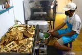 Pekerja membuat roti di rumah produksi Palmarum Bakery di Malang, Jawa Timur, Rabu (13/10/2021). Pengusaha industri roti rumahan setempat mengaku terkendala pembengkakan biaya produksi hingga 25 persen akibat harga bahan baku terutama tepung terigu dan margarin yang naik berkisar Rp5000 hingga 7000 rupiah per 15 kilogram dalam sebulan terakhir. Antara Jatim/Ari Bowo Sucipto/zk.