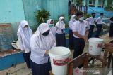 Siswa SMP salah satu sekolah di Sukabumi sedang mempratikan cara mencuci tangan memakai sabun yang baik dan benar. (Foto Antara/HO/PMI/IFRC).