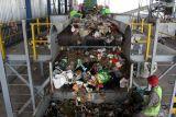 Pekerja memilah sampah plastik di Tempat Pembuangan Akhir (TPA) Sampah di Jabon, Sidoarjo, Jawa Timur, Kamis (14/10/2021). Kementerian PUPR bekerja sama dengan pemerintah Jerman mengembangkan teknologi pada Tempat Pembuangan Akhir (TPA) di Jabon dalam Program Emission Reduction in Cities–Solid Waste Management (ERIC-SWM) dengan modernisasi pengolahan sampah agar lebih ramah lingkungan. Antara Jatim/Umarul Faruq/zk.