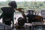 Petugas memasukkan sampah ke dalam alat pengolahan sampah di Tempat Pembuangan Akhir (TPA) Sampah di Jabon, Sidoarjo, Jawa Timur, Kamis (14/10/2021). Kementerian PUPR bekerja sama dengan pemerintah Jerman mengembangkan teknologi pada Tempat Pembuangan Akhir (TPA) di Jabon dalam Program Emission Reduction in Cities–Solid Waste Management (ERIC-SWM) dengan modernisasi pengolahan sampah agar lebih ramah lingkungan. Antara Jatim/Umarul Faruq/zk.