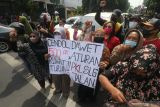 Sejumlah pedagang kaki lima (PKL) melakukan unjuk rasa di depan Gedung Pemkab, Kediri, Jawa Timur, Kamis (14/10/2021). Unjuk rasa puluhan PKL tersebut guna menuntut pemerintah daerah setempat membuka kembali kawasan Simpang Lima Gumul (SLG) yang ditutup karena pemberlakuan pembatasan kegiatan masyarakat agar bisa kembali berjualan. Antara Jatim/Prasetia Fauzani/zk.