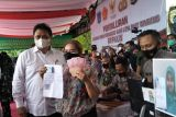 Menko Airlangga menyaksikan penyaluran bantuan tunai PKL di Mataram