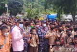 Ribuan warga Mentawai antusias sambut kedatangan KRI Bontang-907 (Video)