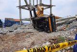 Rumah warga tertimpa pembongkaran menara PDAM, tiga orang alami luka-luka