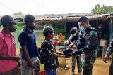 Satgas TNI Yonif 403 bagikan sembako warga Somografi Papua perbatasan RI-PNG