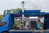 Petugas Badan Narkotika Nasional (BNN) memeriksa mesin insinerator untuk memusnahkan barang bukti narkotika jenis ganja di halaman Pemda Karawang, Karawang, Jawa Barat, Kamis (14/10/2021). BNN memusnahkan sebanyak 26 kilogram ganja dari hasil tangkapan upaya pengiriman dan penyelundupan ganja melalui jalur laut. ANTARA FOTO/M Ibnu Chazar/agr