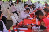 Peserta seleksi kompentensi dasar CPNS melakukan registrasi ulang sebelum mengikuti tes di gedung PGRI, Indrmaayu, Jawa Barat, Rabu (13/10/2021). Sebanyak 3776 orang mengikuti seleksi kompentensi dasar CPNS dan PPPK tersebut. ANTARA FOTO/Dedhez Anggara/agr