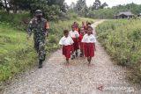Personel TNI jalan santai bersama siswa SD Boven Digoel