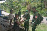 Satgas TNI Yonif 403 bagikan sembako untuk warga di perbatasan RI-PNG