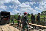 Satgas TNI bersama warga perbaiki jembatan rusak di perbatasan RI-PNG