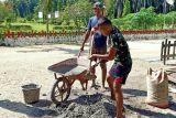 Satgas TNI Yonif 403 perbaiki jalan kampung di perbatasan RI-PNG