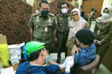 Satpol PP jemput ratusan PMKS di Jakbar untuk ikut vaksin massal