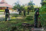 Satgas TNI Yonif 403 bersihkan lingkungan rumah ibadah masjid di perbatasan