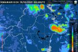 Hujan deras disertai kilat dan angin kencang landa sebagian Indonesia