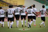 Pemain Madura United  berbagi rezeki sembari berkompetisi