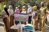 PT Semen Padang bantu keluarga pemulung yang rumahnya terbakar dengan sembako