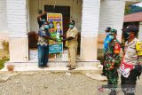 TNI/Polri Nabire besinergi berikan bantuan warga cegah COVID-19