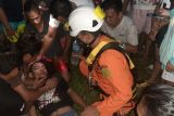 Tim SAR evakuasi seorang warga panjat tower listrik