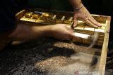 Emas datar di sesi Asia, setelah mundur dari level tertinggi 1,5 bulan