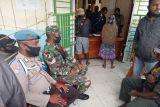 TNI/Polri bantu penyaluran bansos pangan ke warga Paniai Papua